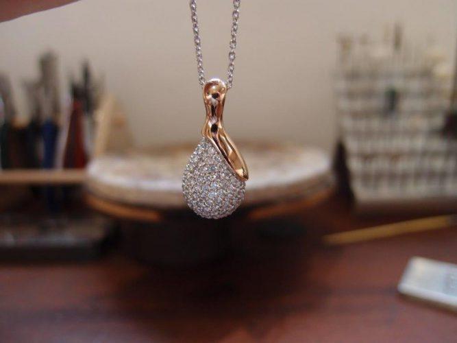 Vedhæng af 14 karat rosaguld og hvidguld med diamanter.