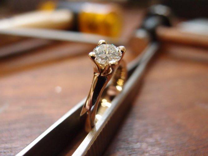 Ring i 14 karat guld med en brillant 0,593ct.